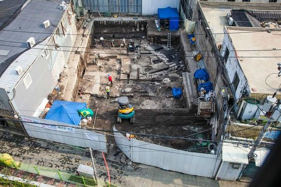 Seven Street Seoul: Welcome to a construction site under your nose - day and night.