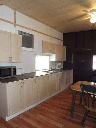Plank Road Cottages & Marina: Renovated kitchen in Cottage 6