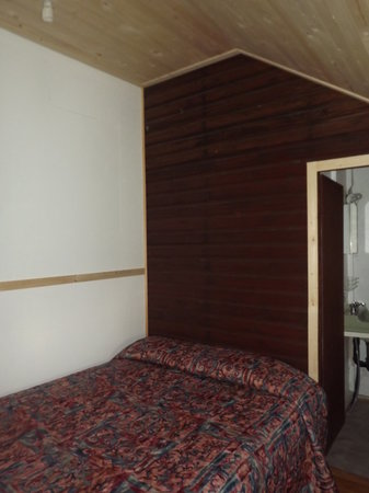 Plank Road Cottages & Marina: Renovated bedrooms in Cottage 6