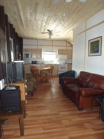 Plank Road Cottages & Marina: Renovated Living Room Cottage 7