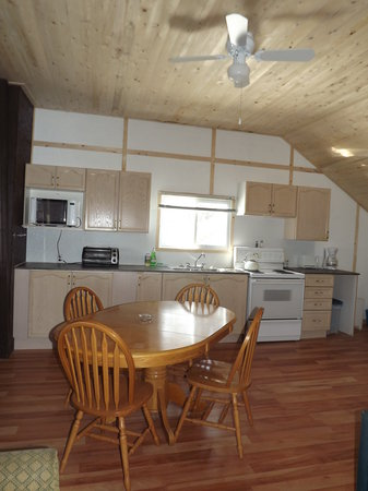 Plank Road Cottages & Marina: Renovated kitchen Cottage 7