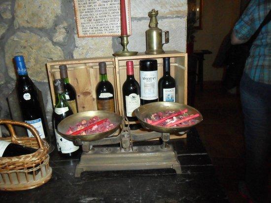 Calle de Juan Infante: Una pieza con decoración de vinos