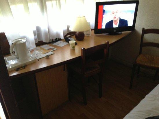 Campanile Lyon Nord - Ecully : Même la télé ne tient pas sur son socle. Piles usagées dans la télécommande