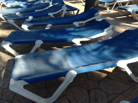 Playabonita Hotel : vieux transats