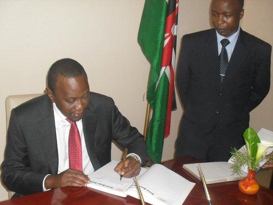 Hotel Belair Residence : The President of Republic of Kenya H.E. Uhuru Kenyatta signing Hotel Belair's visitors book