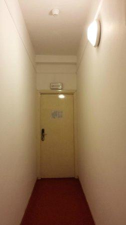 Hotel Byron : la porta di ingresso vista dal letto
