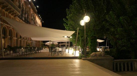 Hotel Excelsior: área externa com música ao vivo