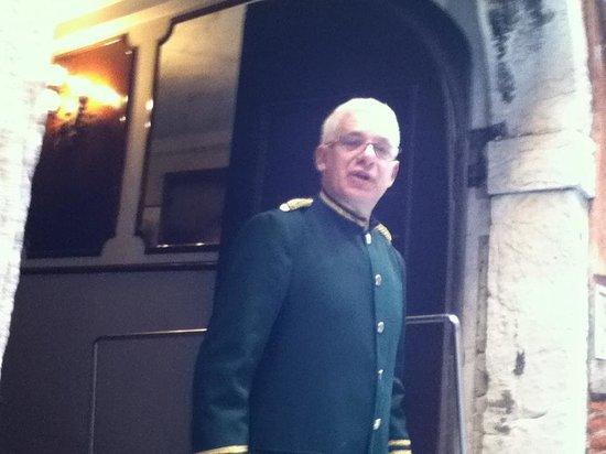 Kette Hotel: Sr. Giane, esperando pela bagagem
