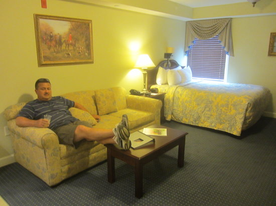 Patrick Henry Inn: queen bed (since we were told there were no King size beds) could not get out of the bed on both