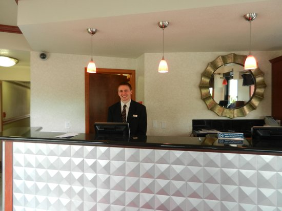 Shilo Inn Rose Garden: The small lobby/front desk with very helfpful staff