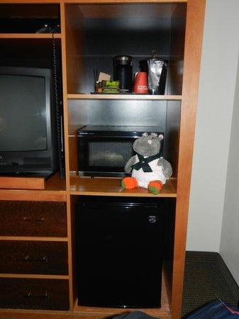 Shilo Inn Rose Garden: TV, coffee maker, Fridge, microwave and hippo