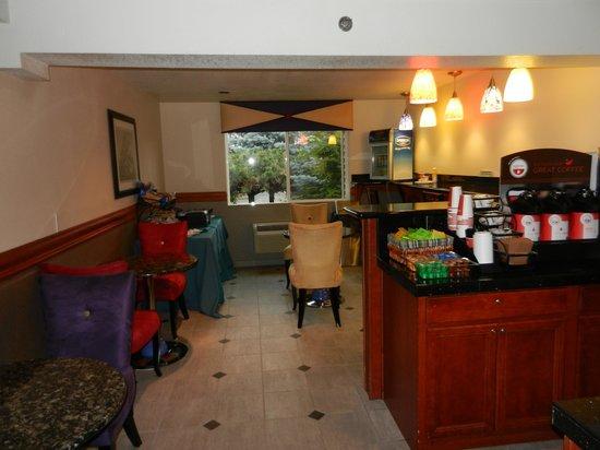 Shilo Inn Rose Garden: the breakfast area