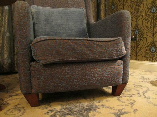 Menlo Park Hotel: Really uncomfortable, worn chairs.
