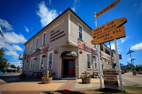 The Brown Pub Methven Mt Hutt: Entrance on Main Street - right in the centre of town