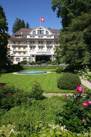 Le Grand Bellevue : Vue de l'hôtel depuis la route