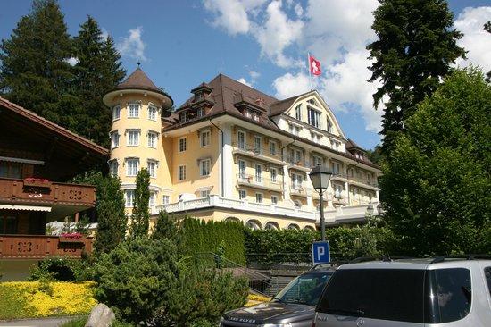 Le Grand Bellevue: L'hôtel depuis la route