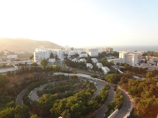 El Aurassi Hotel: Parking lot