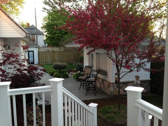 Marlborough House Bed & Breakfast : View from dining room into side yard