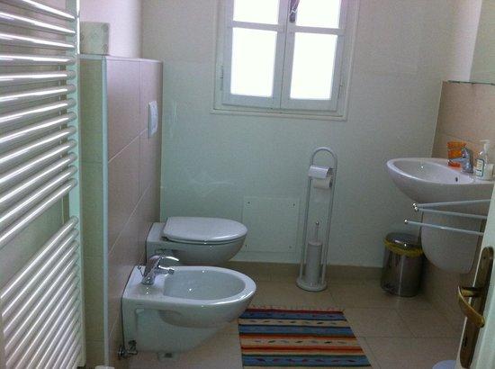 Residenza Carducci: bagno riservato alla camera 2
