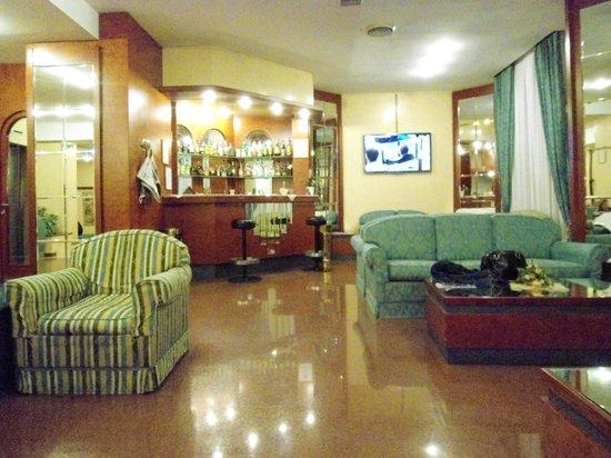 Soperga Hotel : Recepção do hotel com bar ao fundo