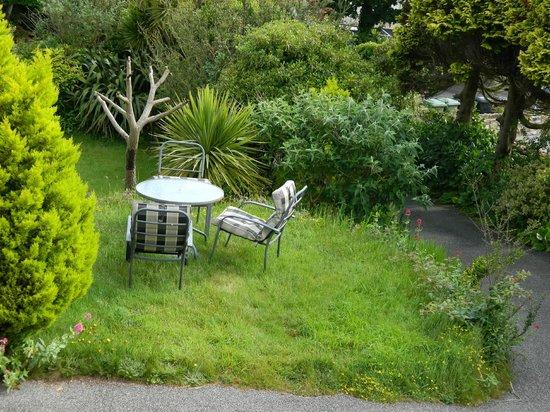 The Borthalan Hotel: The beautifully kept gardens