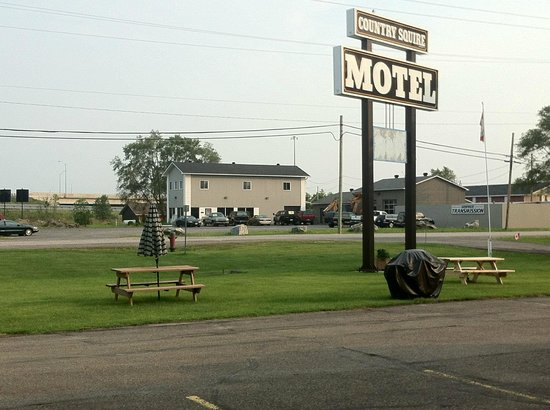 Country Squire Motel: BBQ and picnic table