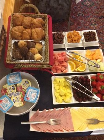 Barton Hotel: fresh fruit and muffins on the breakfast table