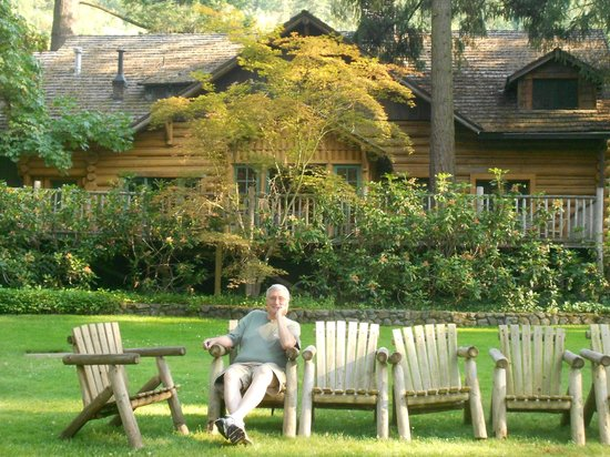 Weasku Inn: Relaxing on the lawn in front of the lodge