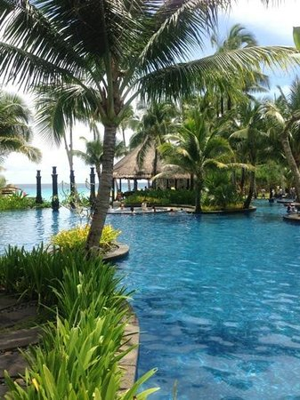 Shangri-La's Boracay Resort & Spa: lovely pool with many semi-private corners!