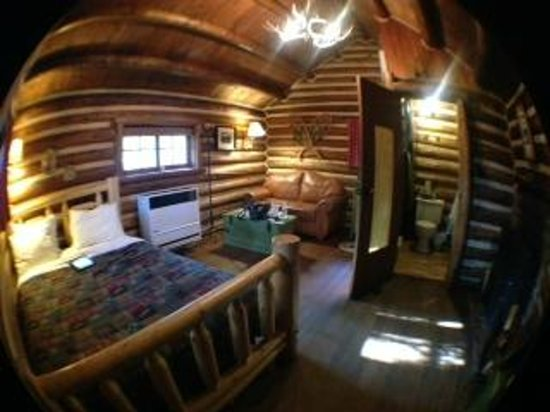 Storm Mountain Lodge & Cabins : 'fish-eye' view of inside of cabin