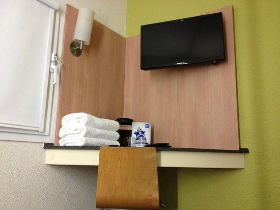 Ibis Budget St Peters: Functional desk & TV