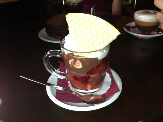 Choco Café: Hot chocolate with raspberries and strawberries