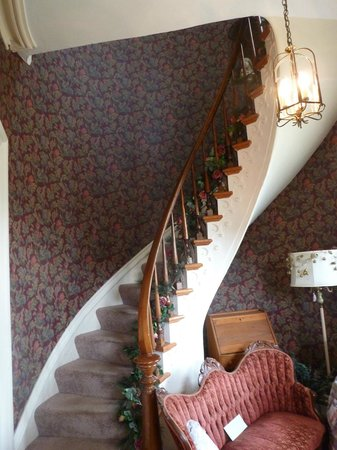 Rose Trellis Bed and Breakfast: Another view of the winding stairway