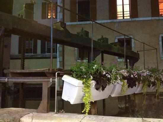 L'auberge du Lyonnais: la vue sur le Thiou de la terrasse