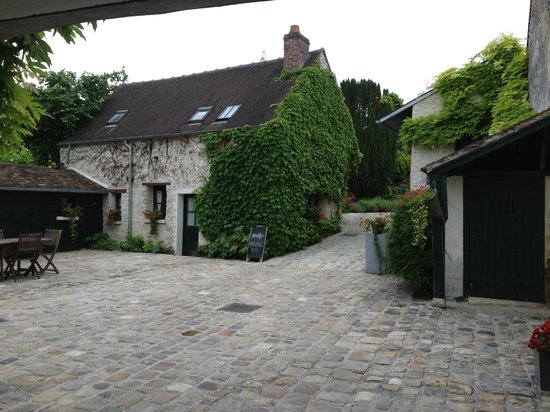 L'Aunette Cottage : The first courtyard