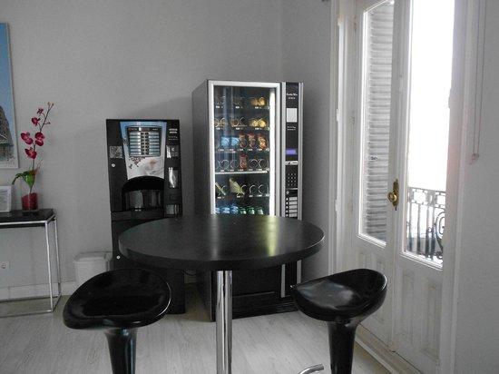 Hostal Besaya: Distributrice de sandwhich, bière, biscuit. Machine à café