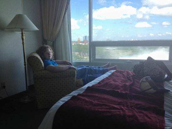 Niagara Falls Marriott Fallsview Hotel & Spa: Lounging by the window in room 803