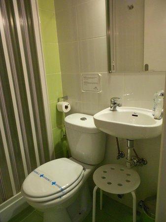 Hostal Besaya: Salle de bain dans la chambre 817
