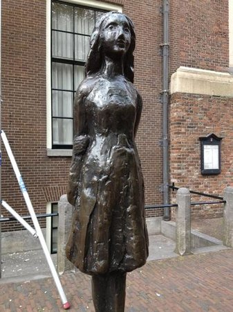 Bees B&B: Statue of Anne Frank near Westerkerk