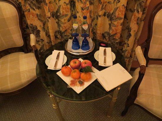 Victoria Jungfrau Grand Hotel & Spa: mesinha para refeições, com água e frutas