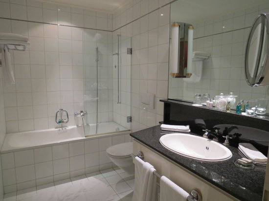 Victoria Jungfrau Grand Hotel & Spa: banheiro