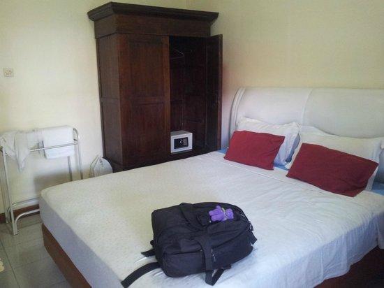 Tulips Hotel & Restaurant: room