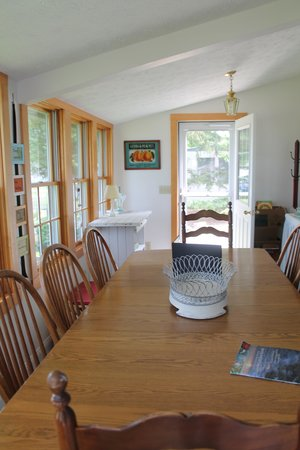 Cottages at the Water's Edge: dining area