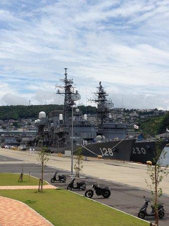 Maritime Self-Defense Force Sasebo Museum : 倉島岸壁に係留中の護衛艦