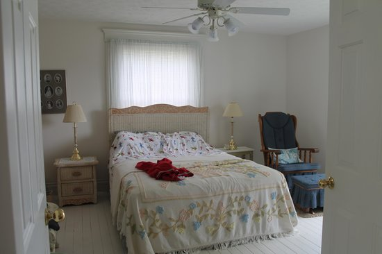 Cottages at the Water's Edge: bedroom