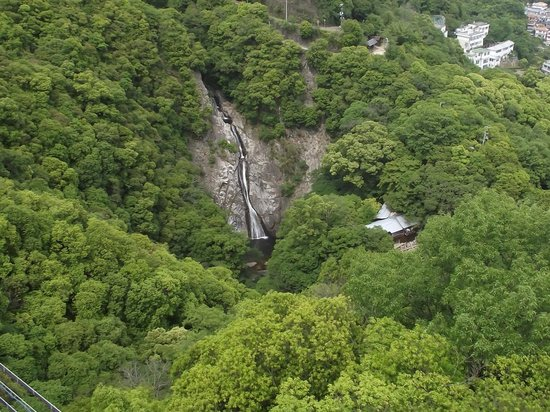Nunobiki Falls (Nunobiki-No-Taki): 遠目ですが雄姿が分かります