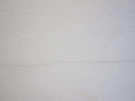 Centara Grand Beach Resort & Villas Krabi: room 1245 Deluxe Ocean Facing -  Not Deluxe and Not 5 * , big crack in the wall