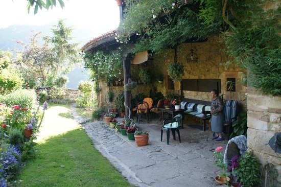 Casona de Treviño: Cool area to sit out in the Cantabrian shade