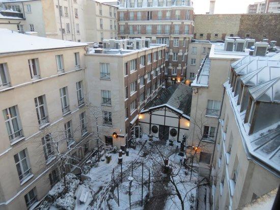 vista da janela com direito a neve picture of hotel les jardins du marais paris tripadvisor. Black Bedroom Furniture Sets. Home Design Ideas