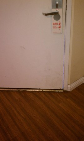 Rockview Inn and Suites - Morro Bay: dirty door with gaps